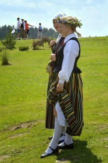 Andris Dumins Lettische Trachten girls-2049072_1920