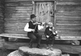 Konsta Jylhä ja kaustislaisen soittajasuvun vesa Jari Valo vuonna 1969.